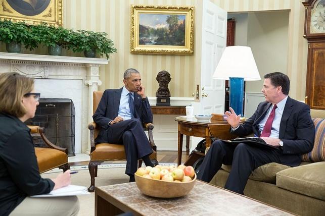 אובמה מקבל תדרוך מג'יימס קומי