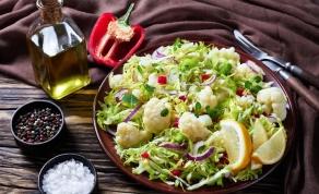 היישר מארץ המגף: מתכון לסלט כרובית, זיתים, פלפלים ואנשובי