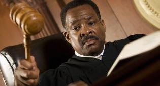 השופט העביר ביקורת על התנהלות המדינה. אילוסטרציה - כתב האישום הוגש לאחר הודעה על סגירת התיק