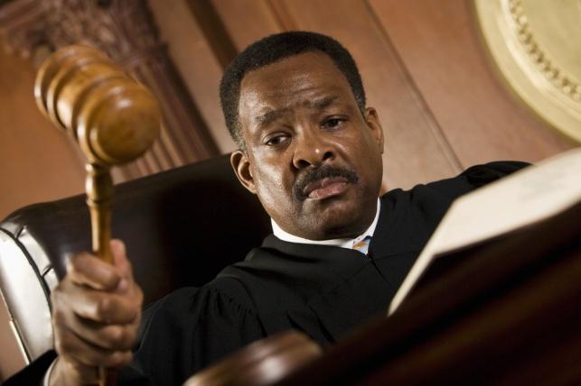 השופט העביר ביקורת על התנהלות המדינה. אילוסטרציה
