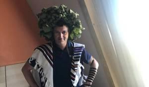 יהודי עם זר על ראשו