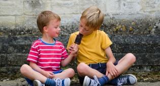 למה לא מומלץ לחנך ילדים לחלוק כל הזמן