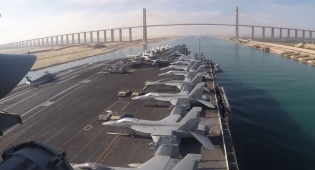 נושאת המטוסים לינקולן בתעלת סואץ