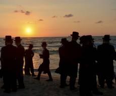 כמנהג החסידים: סליחות בחוף בערב כיפור