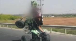 צפו: שוטרים תיעדו רוכב טרקטורון נוהג בפראות