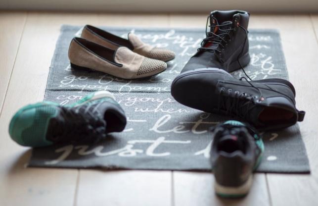 מלחיץ: הליכה עם נעליים בבית מזיקה לבריאות