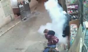 תיעוד: השוטרים משליכים לעבר הילדות את 'רימוני ההלם'