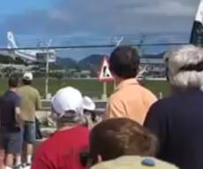 מטוס - בקרבה מוגזמת - התקרבה למטוס - ונהרגה מזרם סילון המנוע