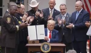 טראמפ חתם: אסור לשוטרים לחנוק אזרחים