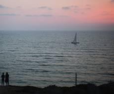 חוף הים בהרצליה - התחזית: הקלה וירידה קלה בטמפרטורות
