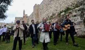 תיעוד מיוחד: תהלוכת הכלייזמרים בירושלים