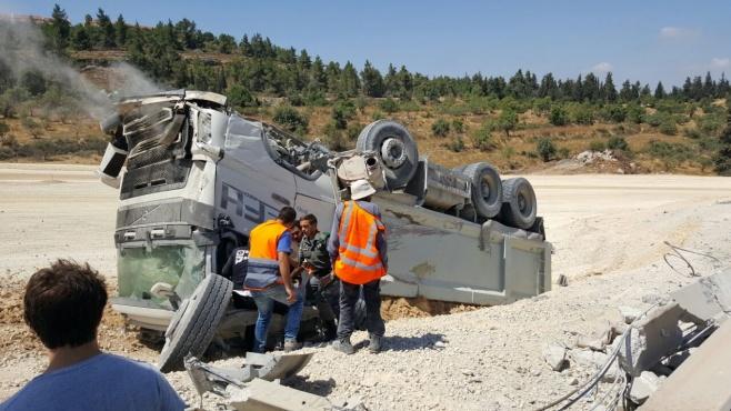 צפו: משאית התהפכה בכביש 1