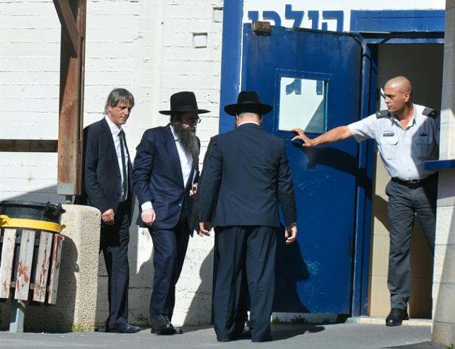 הרב פינטו בכניסה לכלא