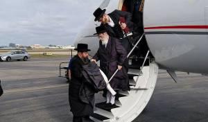 """האדמו""""ר מויז'ניץ בעת הנחיתה"""