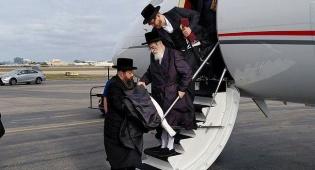 """האדמו""""ר מויז'ניץ בעת הנחיתה - לאחר הניתוח: הרבי מויז'ניץ  נופש במיאמי"""