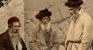 """מימין לשמאל: שני אשכנזים בלבוש חסידי ותלמיד חכם ספרדי. צולם בירושלים בשנת תר""""ן (1890)"""