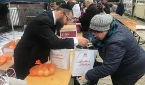 גרמניה: הרב חילק מצרכים לחג בלב ברלין