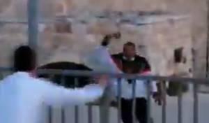 בעיר העתיקה: ערבי שלף גרזן על הבחורים