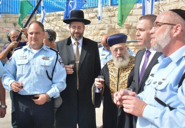 הרבנים הראשיים בהרמת כוסית במשטרה