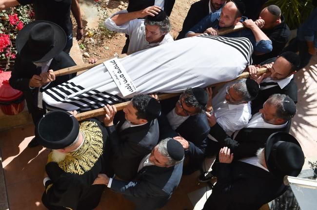"""מיטת הגר""""י סיטרוק זצ""""ל, בצהריים - מסע הלווית הגאון רבי יוסף חיים סטרוק זצ""""ל"""