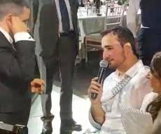"""""""הנני רופא לך"""" לחתן שפרק את הכתף בחתונה • צפו"""