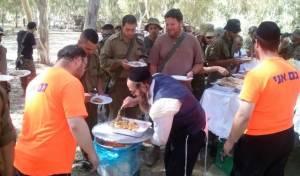 """החיילים מתפנקים במאכלי שבת - חברותא איתנה בזכות """"צוק איתן"""""""