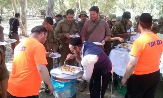 החיילים מתפנקים במאכלי שבת