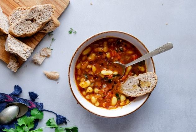 תבשיל שעועית מהיר ברוטב עגבניות צלויות