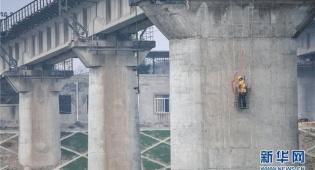 סין: כך בודקים את בטיחות הגשרים לפני העומס
