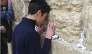 אברהם אזן נושא תפילה לרפואת אביו ואחיו ברחבת הכותל