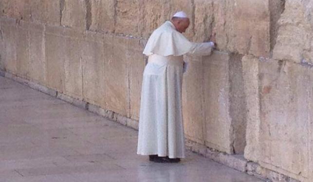 האפיפיור מטמין פתק בכותל, הבוקר