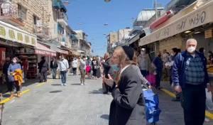 בשוק: האברך נעמד בצפירה ונשא תפילה