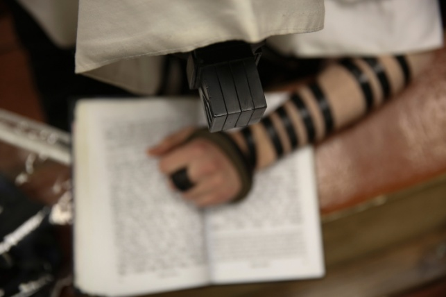 שמאלי הכותב בימין - באיזו יד יניח תפילין?