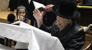 """האדמו""""ר מצאנז גריבוב במסע לקברי צדיקים"""