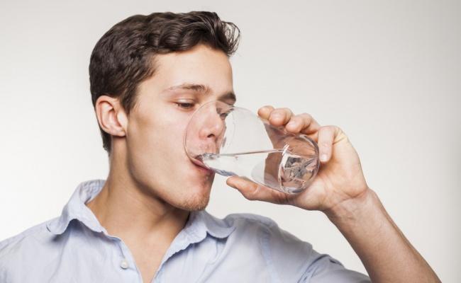 7 טיפים שיסייעו לכם לשתות יותר מים