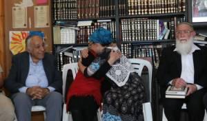 יעל שבח מתחבקת עם אמה עם היוודע הבשורה