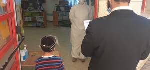 ילד מגיע עם אביו לבדיקת קורונה בעיר, השבוע