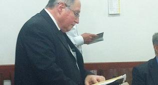 """השופט אליקים רובינשטיין בתפילת מנחה - יו""""ר ועדת הבחירות השופט אליקים רובנשטיין בתפילת מנחה"""