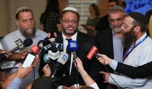 גופשטיין (משמאל) עם חברי 'עוצמה יהודית'