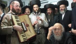 """אברום בורשטיין מנגן לפני הגרי""""ש אלישיב זצ""""ל"""