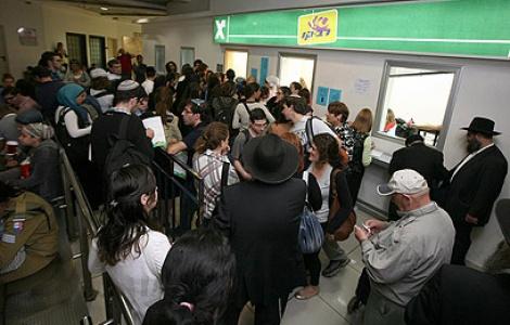 תור ארוך להטענת רב קו בתחנה המרכזית - בקרוב: הטענת רב קו ב-2500 כספומטים