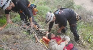 בת 55 נלכדה על מצוק בבית שמש. צפו בחילוצה