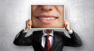 השתלות שיניים. אילוסטרציה - זקוקים להשתלות שיניים? תרשו לעצמכם לחייך