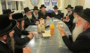 מאיר פרוש עם חלק מחברי וועדת הרבנים של יהדות התורה. ארכיון