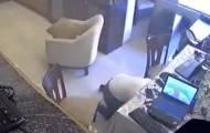 הפיצוץ בביירות: אב ובנו נסו מתחת לשולחן