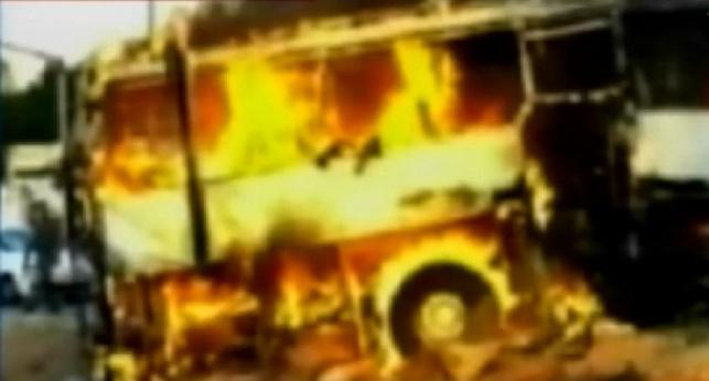 האוטובוס הפגוע עולה בלהבות