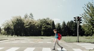 מומחים טוענים: כך תחליטו מתי הילד מסוגל לחצות את הכביש בכוחות עצמו