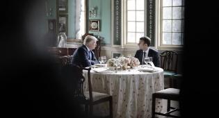 טראמפ ומקרון, היום - המחווה המביכה של טראמפ לנשיא הצרפתי