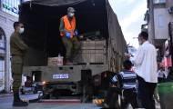 """חיילי צה""""ל מחלקים מזון לתושבי ב""""ב • צפו"""
