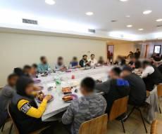 הנערים שהשתתפו במסע, בסעודת המצווה שנערכה ברובע היהודי